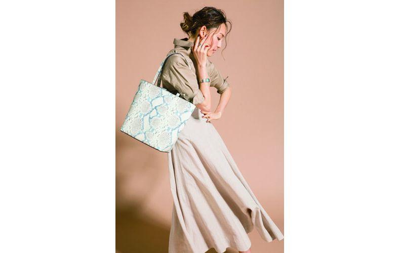 【5】ベージュシャツ×ベージュスカート×ケイト・スペードのトートバッグ