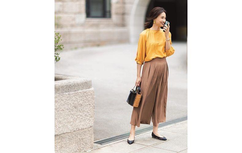 【8】黄色ブラウス×ベージュワイドパンツ