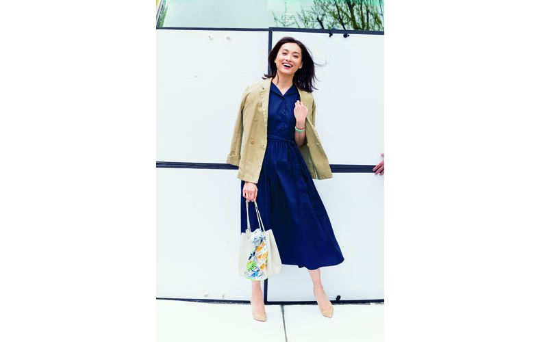 【2】ベージュジャケット×ネイビーワンピース