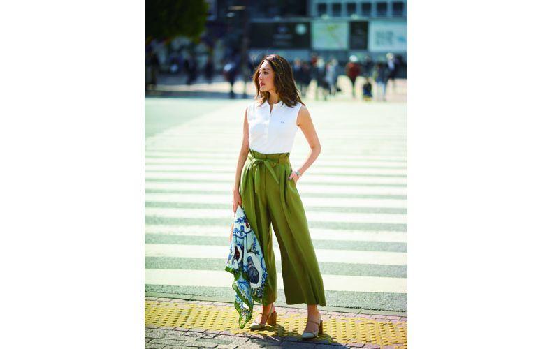 【3】ノースリーブ白ポロシャツ×黄緑ワイドパンツ