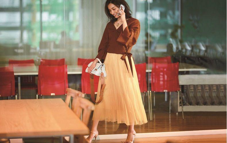 【4】茶ブラウス×黄プリーツスカート