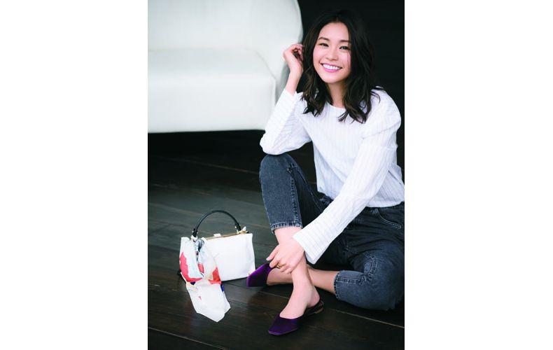 【8】白Tシャツ×デニム×紫ぺたんこ靴
