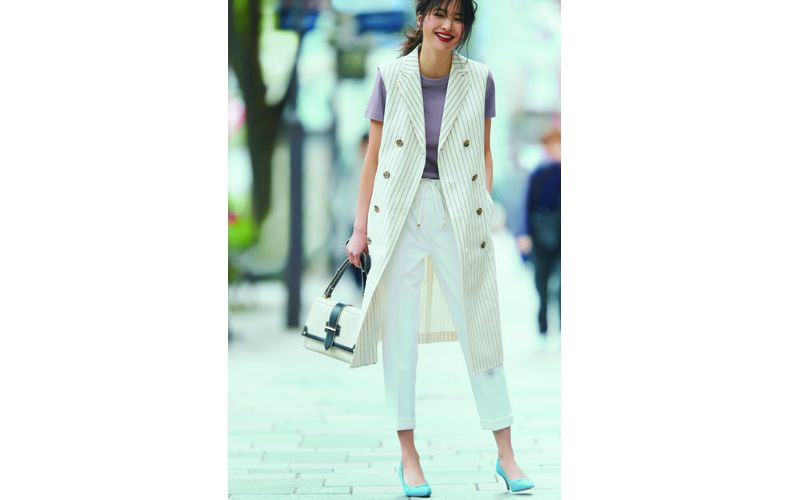 【6】ユニクロの紫Tシャツ×ジレ×白パンツ
