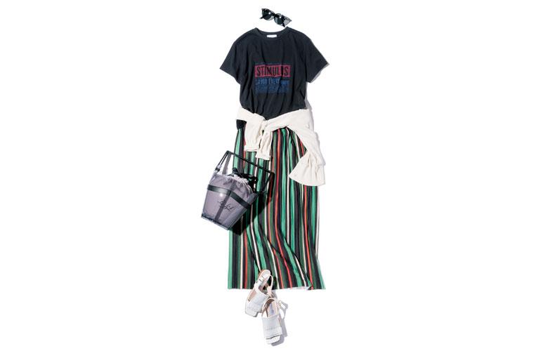 【2】黒Tシャツ×白カーディガン×ストライプスカート×白サンダル