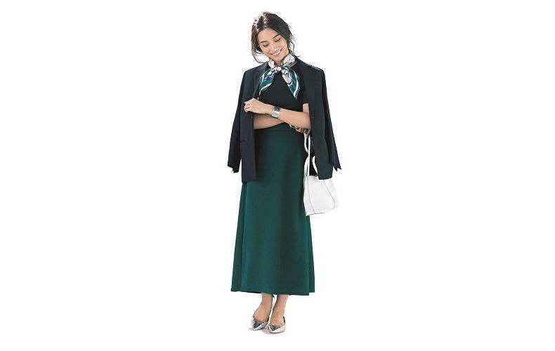 【3】黒ジャケット×緑ニット×緑スカート×白ショルダーバッグ