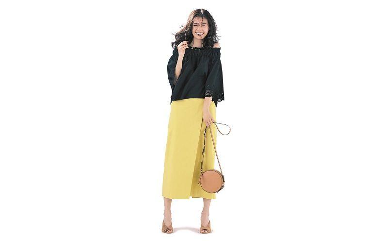 【4】黒ブラウス×黄色スカート×ベージュショルダーバッグ