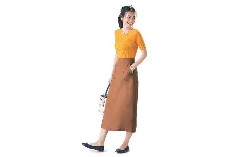 【8】オレンジニット×ベージュタイトロングスカート×ネイビーぺたんこ靴