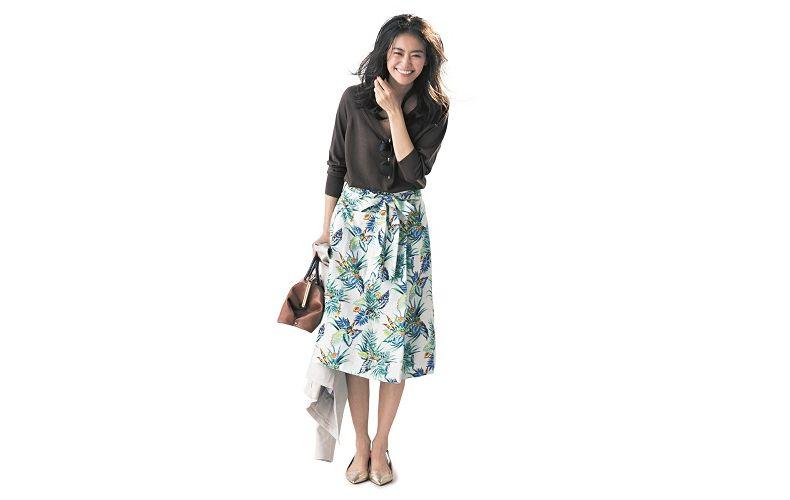 【4】黒ブラウス×花柄スカート