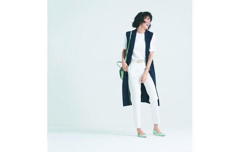 【5】白Tシャツ×紺ジレ×白パンツ
