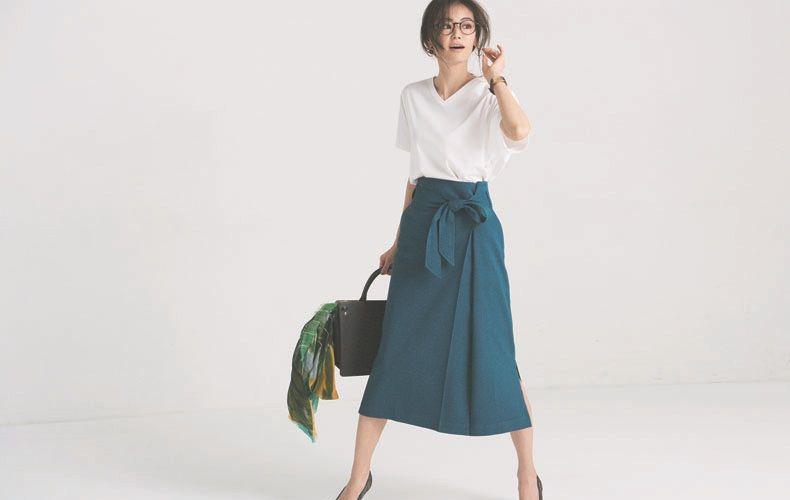 【1】Vネック白Tシャツ×青フレアスカート