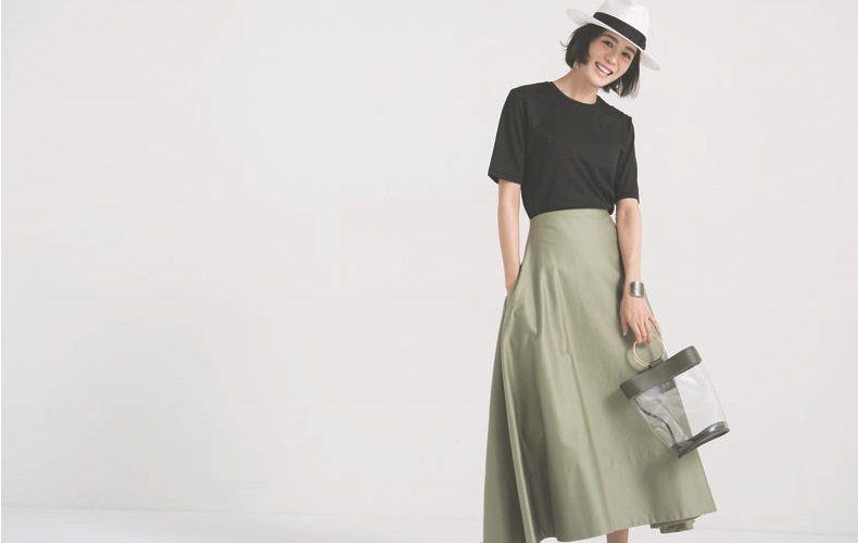 【5】黒Tシャツ×カーキロングスカート×白帽子