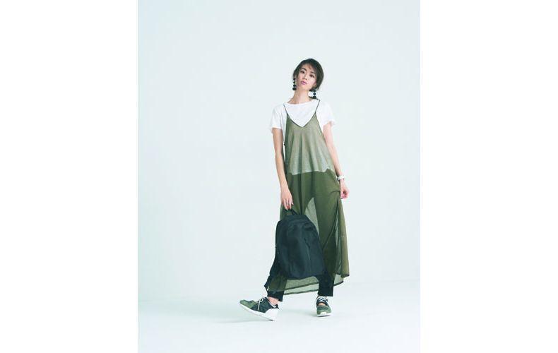 【11】白Tシャツ×カーキキャミワンピ×黒パンツ×スニーカー