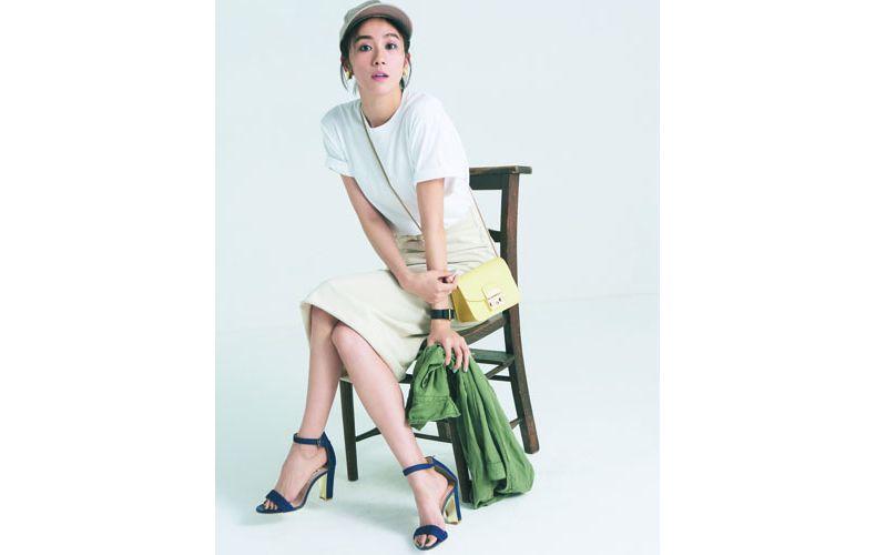 【4】ユニクロの白Tシャツ×スエットのタイトスカート