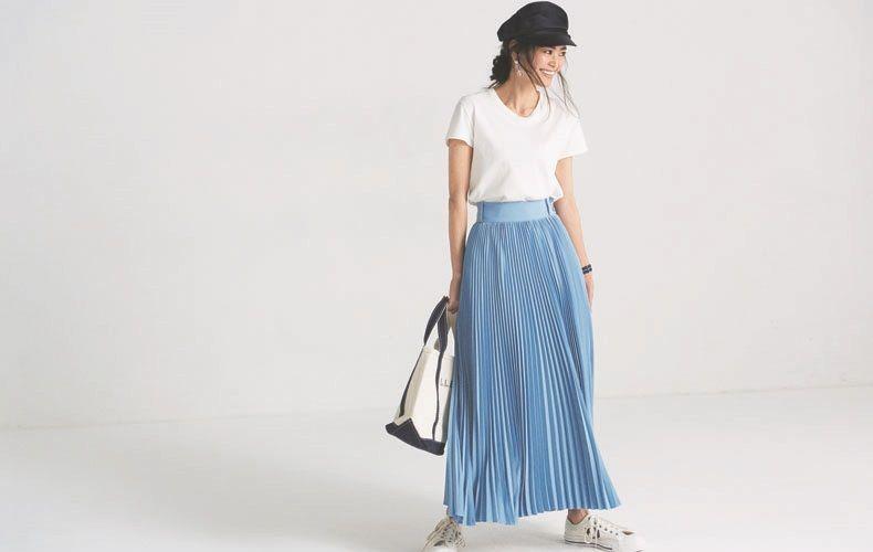 【6】白Tシャツ×水色プリーツマキシスカート×黒キャスケット