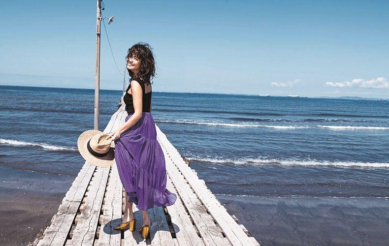 【7】ノースリーブ黒ニット×紫スカート×麦わら帽子