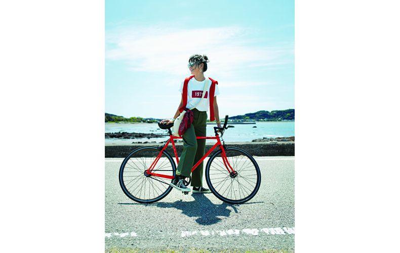 【5】白Tシャツ×赤カーディガン×カーキワイドパンツ