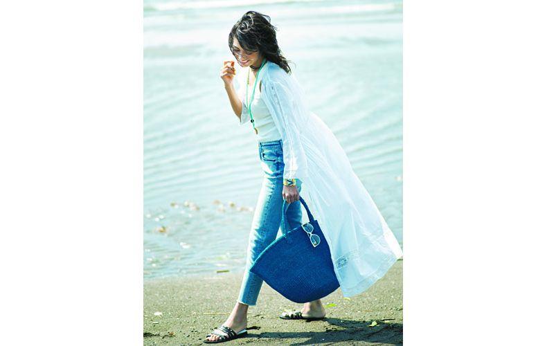 【3】白ロングワンピース×青デニムパンツ