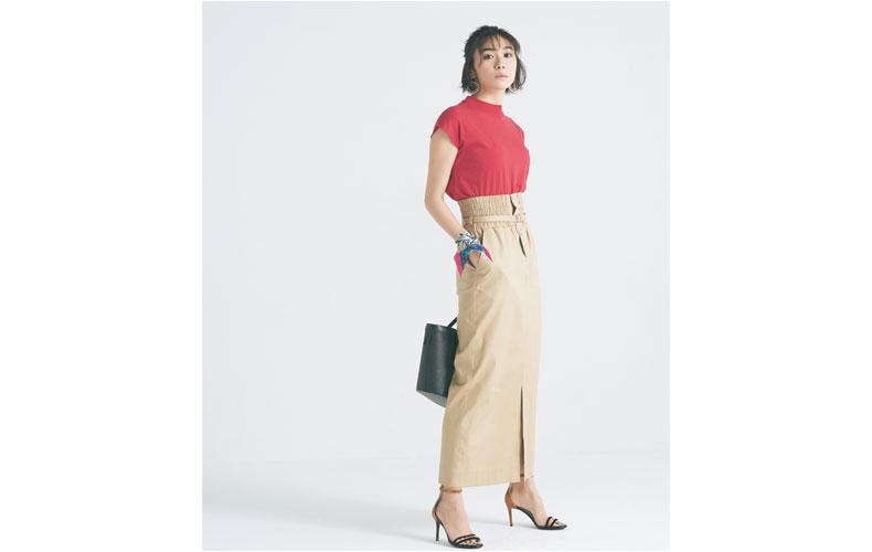 【3】ピンクハイネックTシャツ×ベージュタイトロングスカート