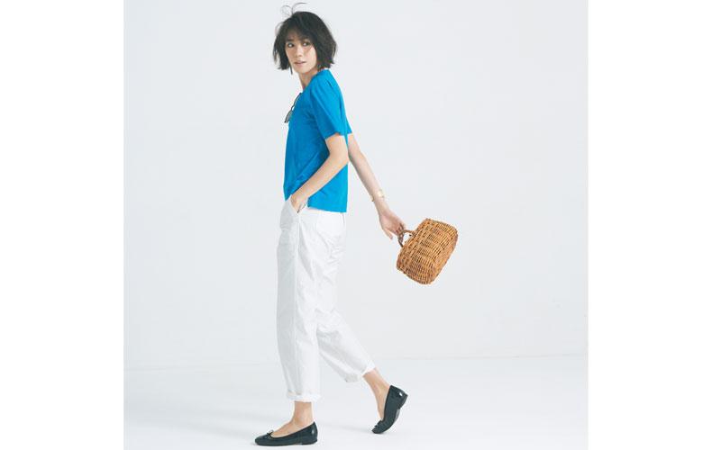 【13】ブルーTシャツ×白パンツ×黒ぺたんこ靴