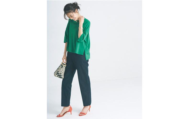 【7】緑Tシャツ×赤サンダル×黒パンツ