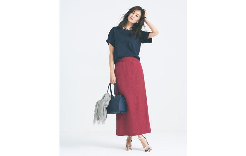 【3】ネイビーTシャツ×赤ロングタイトスカート