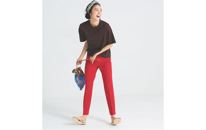 【8】ブラウンTシャツ×赤パンツ×ビーチサンダル