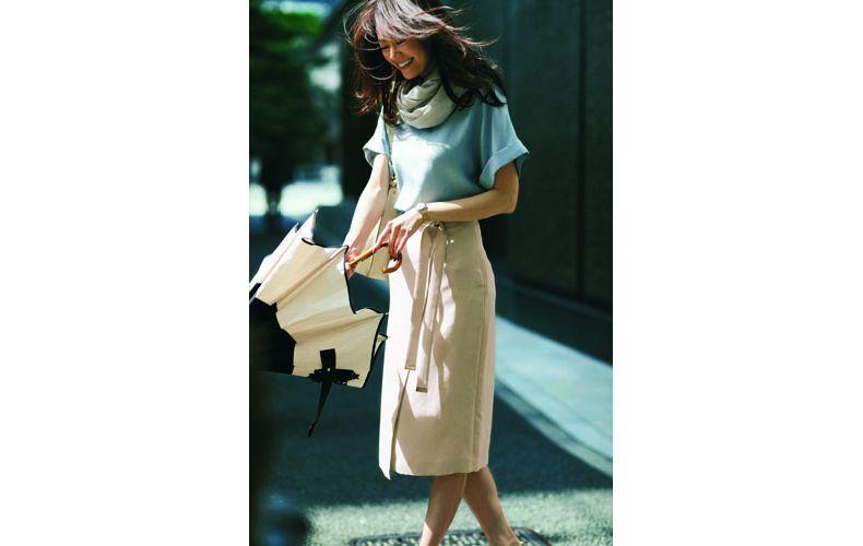【5】サックスブラウス×ベージュタイトスカート