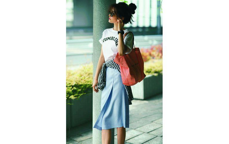 【1】白Tシャツ×ギンガムチェックシャツ×サックスタイトスカート