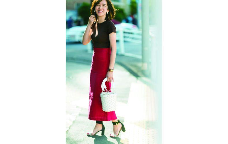 【4】ユニクロの茶ニット×赤ロングスカート
