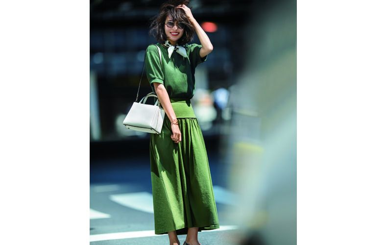 【3】ユニクロのカーキカットソー×カーキロングスカート