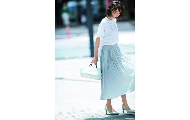 【8】白Tシャツ×白プリーツスカート