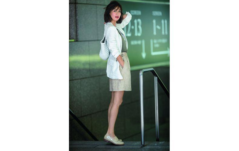 【9】白ジャケット×カーキタンクトップ×ベージュショートパンツ
