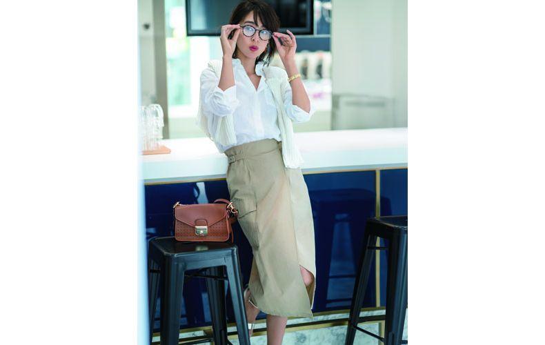 【4】白シャツ×ベージュタイトスカート