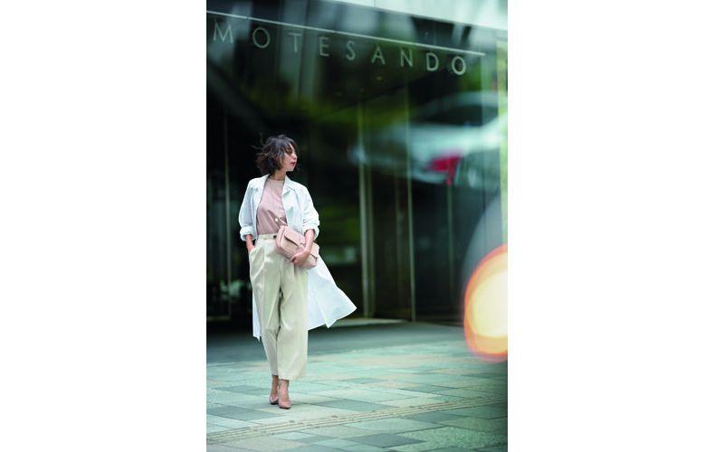 【9】ピンクカットソー×白ワンピース×ベージュワイドパンツ