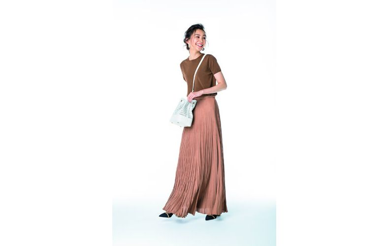 【4】茶ニット×茶プリーツスカート×白ショルダーバッグ