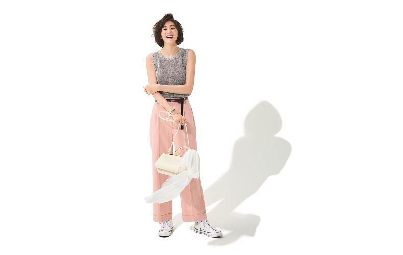 【5】グレーニット×ピンクワイドパンツ×白ショルダーバッグ