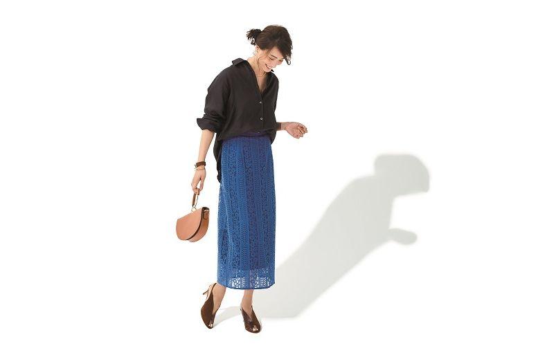【3】黒シャツ×青レースタイトのロングスカート
