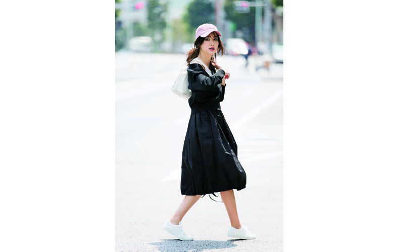 【3】黒カーディガン×黒フレアスカート×白スニーカー
