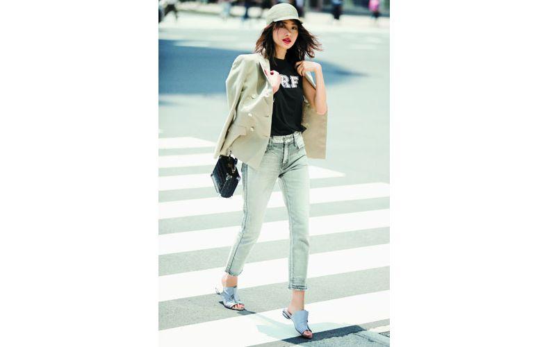 【3】黒Tシャツ×ジャケット×グレーデニムパンツ
