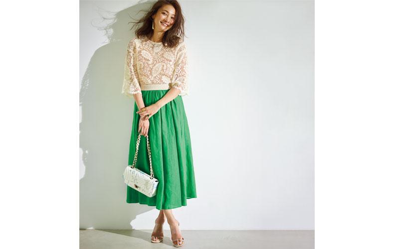 【4】白ブラウス×緑フレアロングスカート