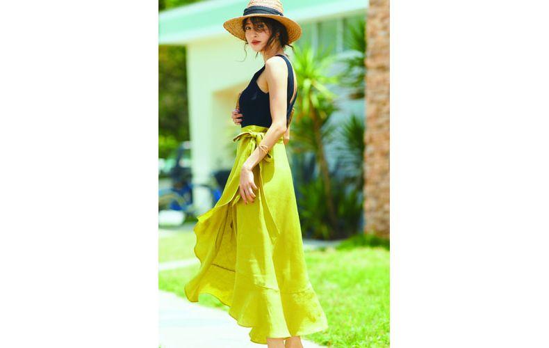 【10】黒ニット×黄色スカート×夏の麦わら帽子