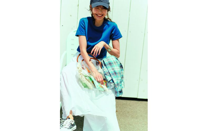 【13】青Tシャツ×白ロングスカート×黒キャップ