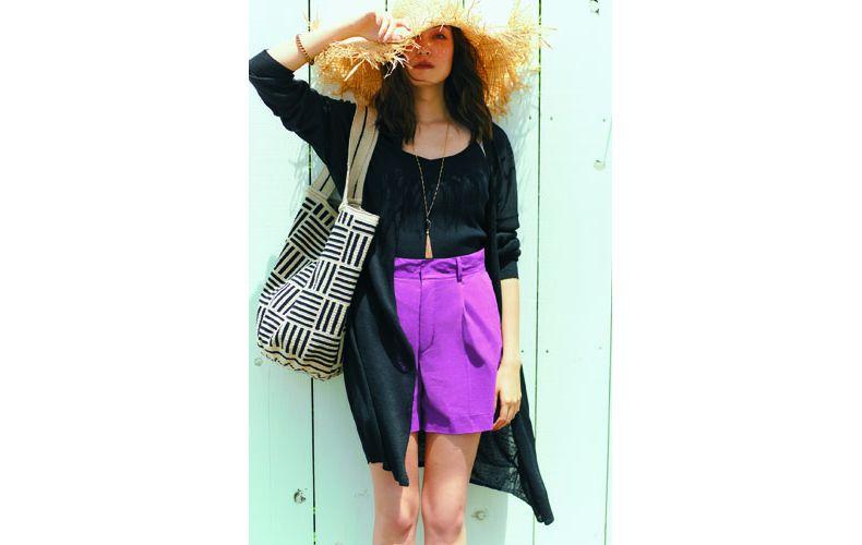 【14】黒ロングカーディガン×紫ショートパンツ×麦わら帽子