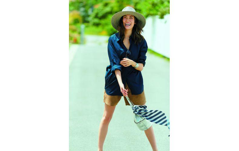 【16】ネイビーシャツ×キャメルショートパンツ×麦わら帽子