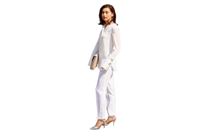 【6】白ブラウス×白パンツ×シルバーミュール