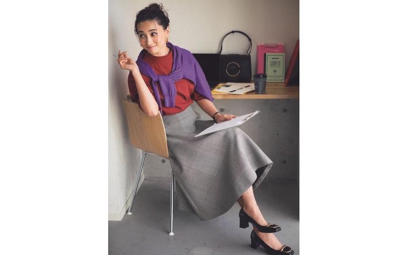【4】紫カーディガン×赤ブラウス×グレーフレアスカート