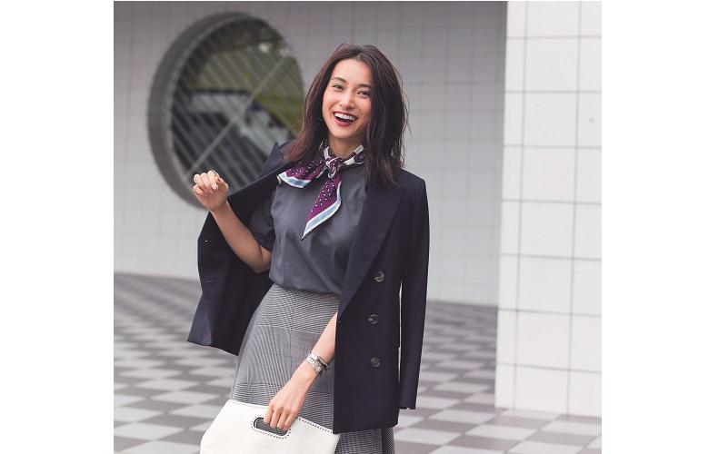 【2】黒ジャケット×チェックフレアスカート×グレーTシャツ