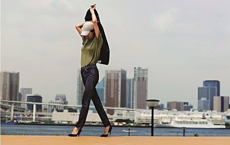 【2】黒ジャケット×カーキTシャツ×デニムパンツ
