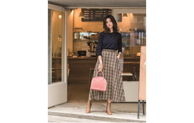【6】ネイビーニット×チェックロングスカート×茶色ショートブーツ