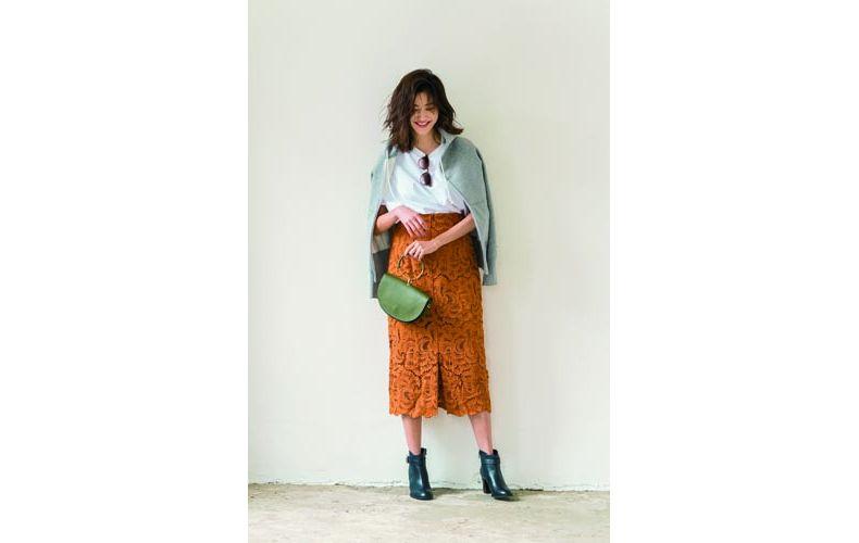【4】グレーパーカ×白カットソー×ベージュタイトスカート